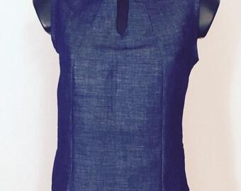 Sleeveless blouse with neck slightly upright
