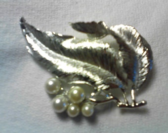 Sarah Coventry Leaves and Pearl Berries Brooche