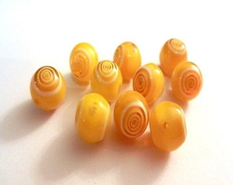 10 glass beads - 10 mm - yellow white / O1-0533