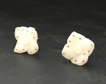 Fimo white flower earrings with golden pearls