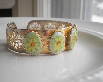 Vintage Daisy Cameo Brass Filigree Cuff Bracelet Found by So Very Charming, Vintage Yellow Flower Cabochon / Retro Wildflowers Jewelry