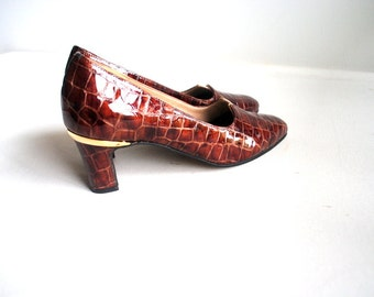 Luxurious vintage 70s brown patent, croc style glossy leather pumps. Made by Magdesians. Size7