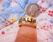 Ornate Vintage 14K Gold Hawaiian Band Ring w/Black enameled name Malia which means Calm Peaceful Size 7