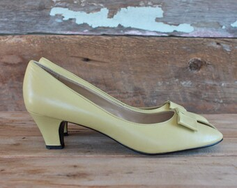 pastel yellow shoes / size 7.5 / 1980s peep toe heels with bows / yellow leather shoes