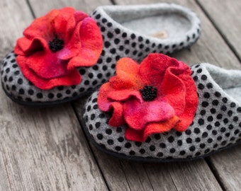 Felted grey slippers for women, wool home shoes with ombre red poppy, natural grey woolen clogs, black polka dots decor, gift for mother