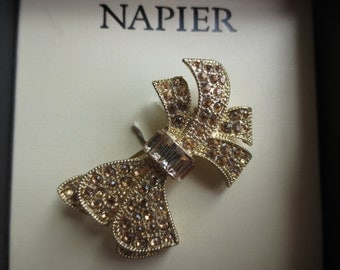 Beautiful vintage yellow crystal rhinestone Napier gold tone bow design brooch pin. 1 pin brooch.