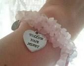 Follow your heart, rose quartz and silvertone charms elastic bracelet