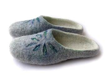 Women felted wool slippers Flower / handmade wool clogs/ gray, blue felt slipper/ Women house shoes