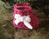 Baby girls booties, newborn girl baby booties, super cute pink booties with a bow