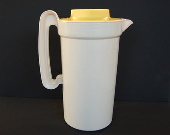 Vintage Rubbermaid 2 Quart Pitcher with Yellow Screw On Lid number 2796 This is a Very Sturdy Pitcher