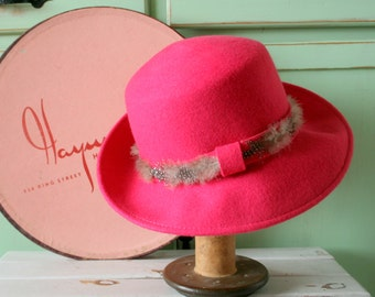 Vintage FEATHERED PINK Hat..vintage hat. church. fedora. winter hat. wedding. costume. 1950s hat. 1960s hat. felt. french. pink hat. feather
