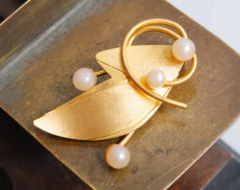 Vintage gold plater brass brooch with glass pearls