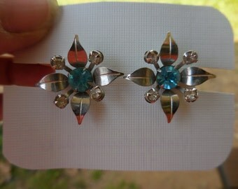 Vintage 1940s to 1950s Bugbee and Niles Silver Tone Flower Screw Back Earrings B & N Aqua Pronged Rhinestones and Clear Small Non Pierced
