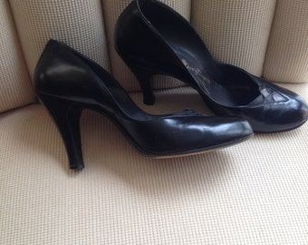 Stunning, sultry black vintage 1950s office pumps - perfect for pinup!  size 8