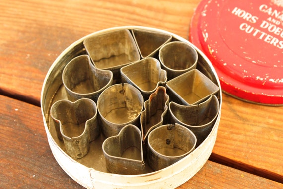 Vintage cookie hors d 39 oeuvre cutters tin of canape cutters for Mini canape cutters
