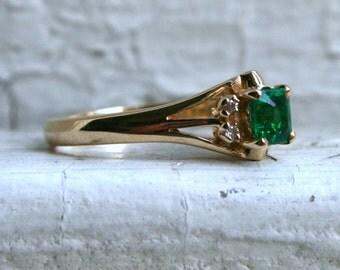 Beautiful Vintage 14K Yellow Gold Diamond and Emerald Ring - 0.48ct.