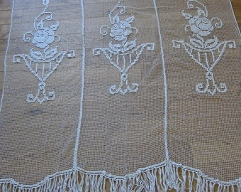 Filet lace curtain with 3 panels with floral pattern and deep fringing