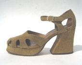 size 8 / 1970s Qualicraft tan suede platform sandals