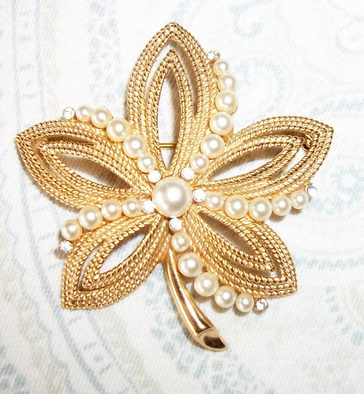 Vintage Gold Tone Pearl Flower Brooch Trifari