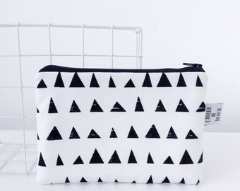 Zipperpouch with black & white triangles print