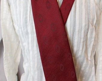Red victorian patterned tie