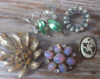 lot of five vintage brooches