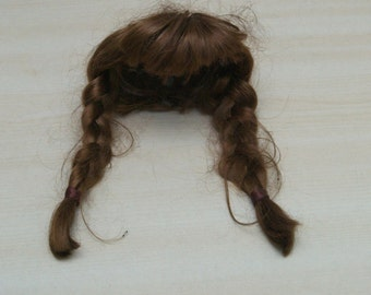 DIY puppet workshop puppet clinic: (Red) brown wig with pigtails. Circumference approx 23 cm. Used but overall quite good condition. VINTAGE