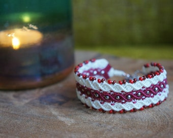 Adjustable macrame bracelet in red and white colors