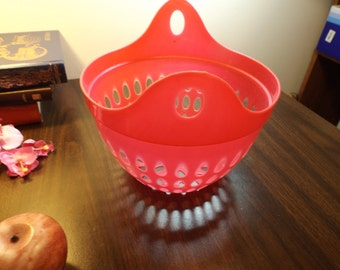 Hot pink Pan , strainer. Fruit holder,kitchenware.Made in Israel.New old stock. Kitchen decor.onion, garlic, fruits holder,shabby chic