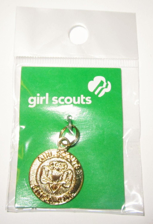 scout heritage trefoil goldtone charm in original package