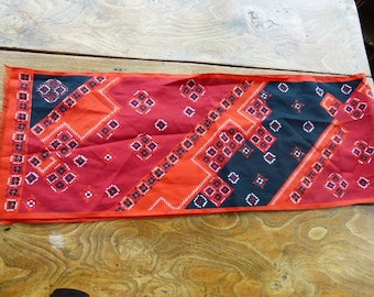 SCARF VINTAGE 1970 red scarf and black geometric motifs