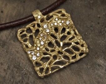 Yellow gold pendant with diamonds