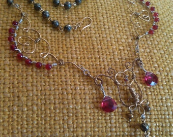 chandelier red and gold-colored necklace