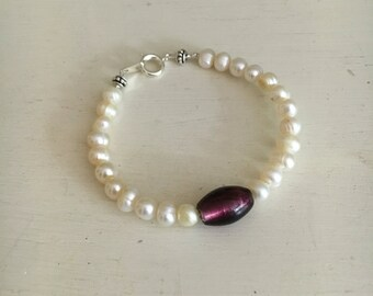 Pearl bracelet with birthstone jewel. Perfect for bridesmaid gifts.