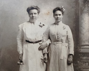 Affectionate Sisters // Cabinet card of affectionate women, sisters or best friends // Antique photo of precious sister moment