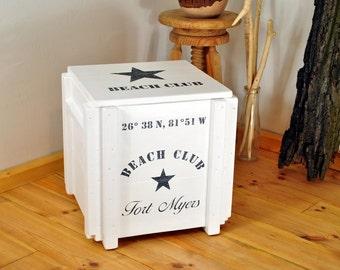 Weiße Vintage Retro Aufbewahrung | shabby Truhenhocker | rustikaler Tritthocker | bedruckte Frachtkiste | Holz Box | Hocker | Nachttisch