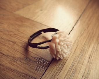 Ring adjustable Bohemia - flower in pale pink resin