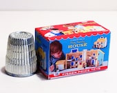 Fisher-Price Play Family House Box - Dollhouse Miniature - 1:12 scale Dollhouse accessory - Dollhouse nursery Little People toy box