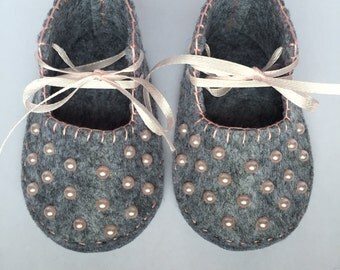 Baby girl shoes made of grey cloth with pink pearls