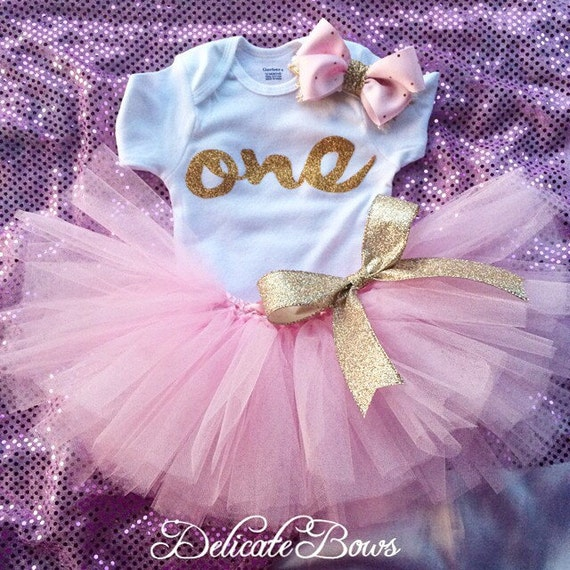 First birthday outfit pink and gold birthday by delicatebows1 for Baby girl first birthday decoration