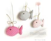 Décoration chambre d'enfant. Poissons en tissus gris rose suspendus à du bois poli.Agrémentés de noeuds, coeur au crochet. Fait main . .