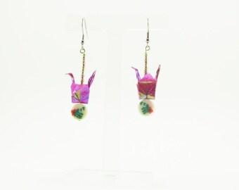 Bijou en origami. Boucles d'oreilles grue en origami rose iridescent avec accessoire. Fait-main, hypoallergénique.