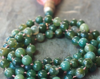 Long necklace in green Agates.