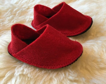Red and black sole baby felt shoes 0-3m