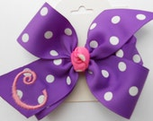 Purple Monogram, Hair Bows, Initial Hairbows, Personalized Gifts, Girls Party Ideas, School Trendy, Preppy Kids, Bow Medium, Embroidered