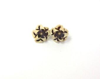 Vintage 50s Shell Flower Earrings Ivory & Purple Shells w Pearl Screw on Backs