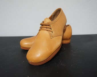 70s deadstock cognac camel brown leather wedge soft cushion rounded toe lace up saddle oxford shoes oxfords 1970s tan women 7 seven vintage