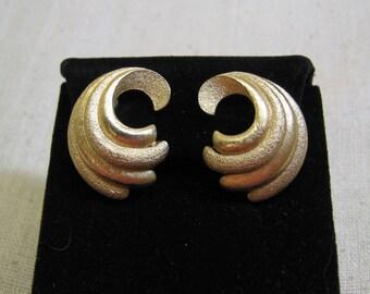 Vintage Trifari Golden Metal Feather Design Clip On Earrings