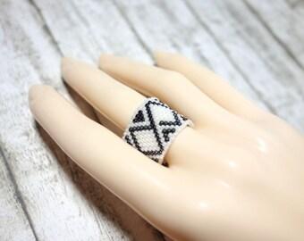 Finger ring Peyotering ring pattern grey white