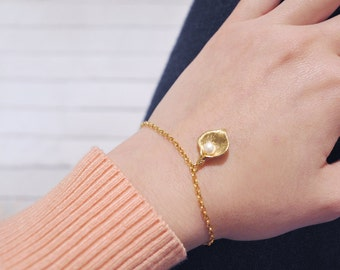 Gold iris petal bracelet. Gold Filled & gold plated brass jewelry. Pearl pendant / Dainty, minimal, delicate, romantic